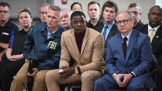 James Shaw Jr., ao centro, antes de dar uma conferência de imprensa sobre o tiroteio