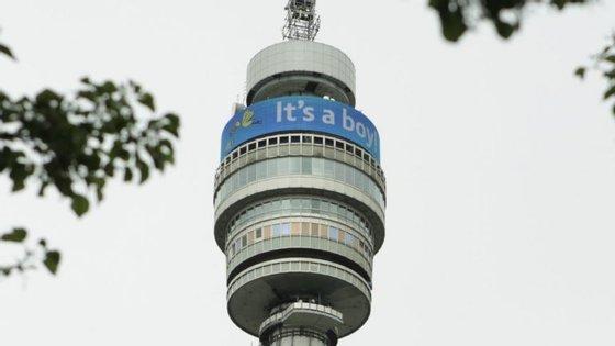 A torre do grupo de telecomunicações BT colocou uma tarja gigante no topo da sua torre, em Londres