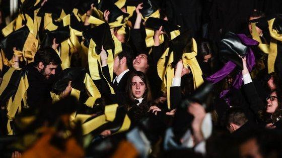 As maiores taxas de abandono escolar precoce registaram-se, em 2017, em Malta (18,6%), Espanha (18,3%) e Roménia