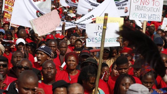 O salário mínimo, inédito até agora na África do Sul, deve entrar em vigor a 1 de maio, dois meses e meio depois da chegada ao poder de Cyril Ramaphosa.