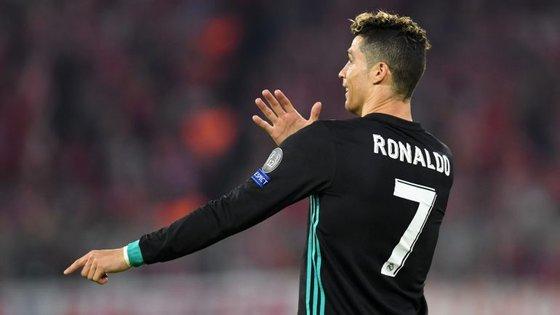 Cristiano Ronaldo bem tentou explicar que não dominou a bola com o braço mas o golo foi mesmo anulado