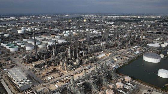 180 pessoas trabalham na refinaria de petróleo