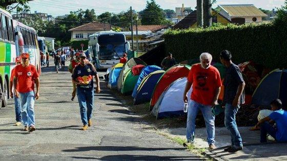 Acampamento em Curitiba, perto da sede da Polícia Federal onde Lula está preso