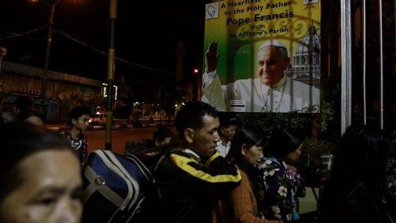 Habitantes de Kachin, de minoria católica, aquando da visita do Papa a Myanmar