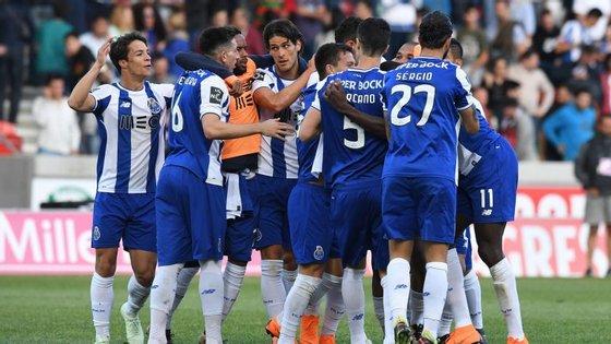 Jogadores do FC Porto celebraram o triunfo na Madeira cientes que o título está cada vez mais próximo