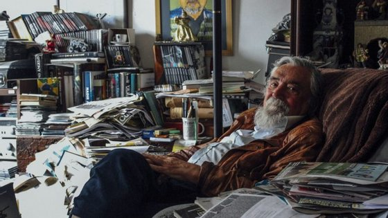 Júlio Couto em casa, sentado na sua poltrona favorita.