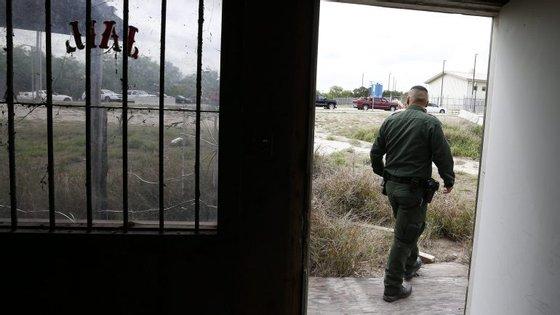 A guarda de controlo de fronteira assegurou que as pessoas detidas têm refeições adequadas, acesso a casas de banho e cuidados médicos