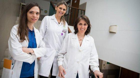 Desde outubro de 2017 que a enfermeira Marina Montezuma Vaquinhas e as dermatologistas Bárbara Fernandes e Bárbara Roque Ferreira prestam cuidados da especialidade aos sem-abrigo da cidade de Coimbra.