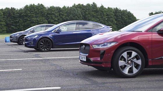 Jaguar I-Pace EV400 AWD enfrenta os Tesla Model X 100D e P100D, para ver qual é o mais rápido a acelerar e o mais eficaz a travar