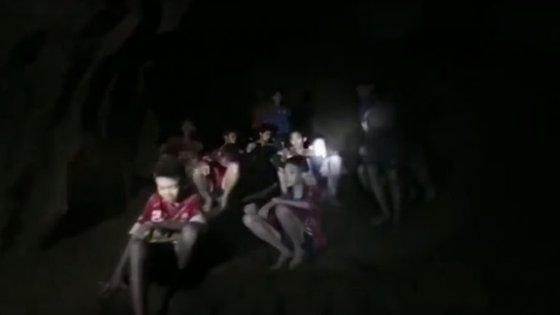 Os jovens foram encontrados por mergulhadores dez dias depois de terem ficado presos na gruta