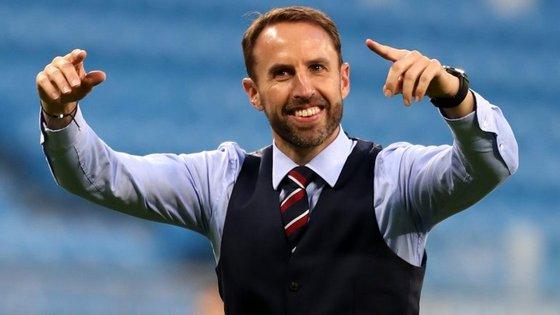 """Southgate não resistiu e, no final do jogo, foi comandar os cânticos da bancada: """"Football is coming home"""""""