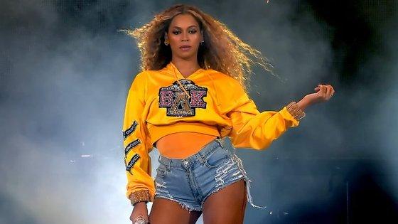 Beyoncé usou esta camisola para abrir o seu concerto no Coachella. Agora, a peça deu origem a uma coleção de luxo solidária
