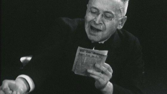 """Karl Kraus numa das suas leituras públicas do jornal """"Die Fackel"""" (A Tocha)"""