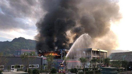 Autoridades combatem incêndio na planta química em Sichuan (imagem retirada do The Himalayan Times)
