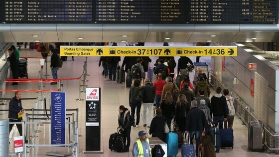 """A informação """"está a ser transmitida aos passageiros através do sistema sonoro do aeroporto"""""""