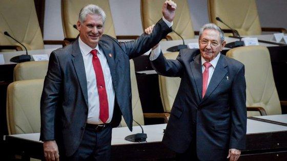 Miguel Díaz-Canel, atual Presidente cubano, com Raúl Castro, ex-Presidente e líder do Partido Comunista