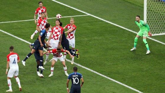 O lance que deu o primeiro golo à França, com Mandzukic a desviar de forma involuntária para a própria baliza