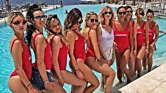 """Chiara Ferragni foi para Ibiza. A partir de uma fotografia publicada nas redes socais, um jornal italiano descreveu as amigas da blogger como """"redondas""""i"""