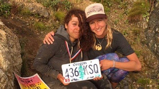 Angela Hernandez e a sua irmã, Isabel Hernandez, depois da jovem ter sido resgatada.