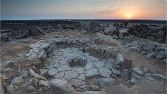 Escavação de Shubayqa 1 onde é visível uma das fogueiras (imagem retirada do artigo científico divulgado na PNAS)