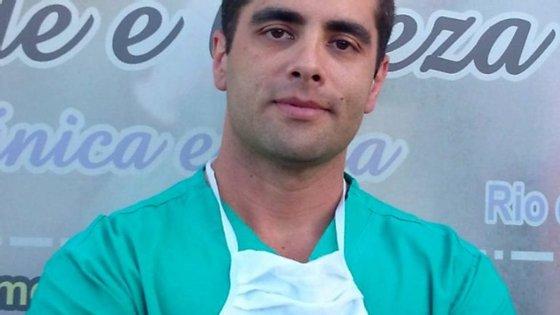 Segundo a Sociedade Brasileira de Cirurgia Plástica, Denis Furtado não estava registado para exercer dentro do Rio de Janeiro.