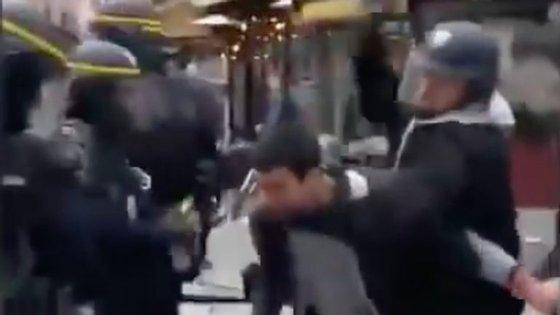 Frame do vídeo onde se vê Alexandre Benalla a agredir manifestante
