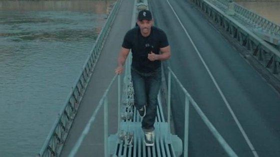 O ator Will Smith subiu a uma ponte em Budapeste para realizar o desafio