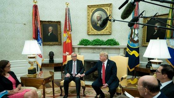 """Foi durante a sessão de fotografias a Juncker e Trump na Sala Oval que a jornalista da CNN fez as perguntas """"inapropriadas"""""""