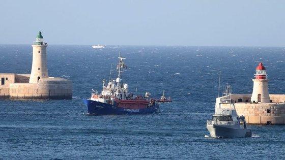 O navio Lifeline pertence à ONG com o mesmo nome