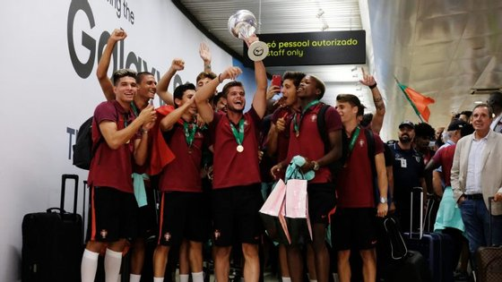 A festa dos jogadores portugueses na noite desta segunda-feira, quando aterraram no aeroporto de Lisboa