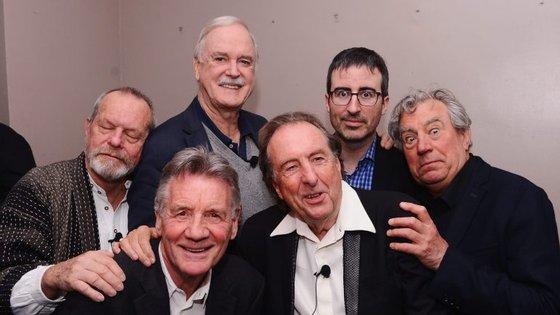 (Da esquerda para a direita) Terry Gilliam, Michael Palin, John Cleese, Eric Idle, John Oliver (o apresentador) e Terry Jones