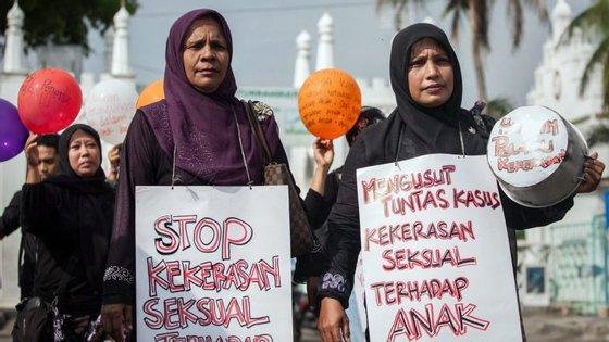 Duas mulheres protestam contra o abuso sexual de menores na Indonésia, em 2014