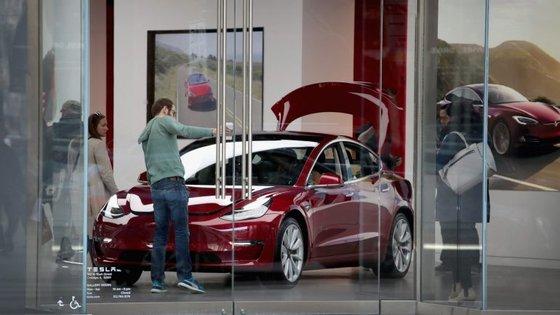 A Tesla conseguiu produzir 5.000 carros do modelo 3 numa semana, meta que muitos consideravam inantigível.