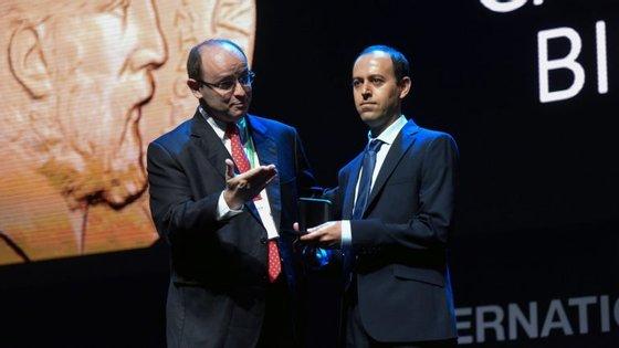 Caucher Birkar, professor e investigador iraniano na Universidade de Cambridge, tinha deixado a medalha, a carteira e o telemóvel dentro de uma pasta em cima de uma das mesas do local.