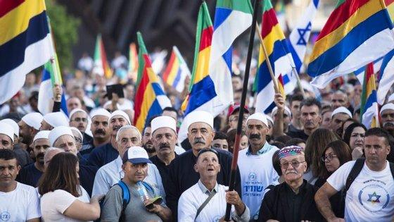 A multidão reuniu-se na praça Rabin, em Telavive, para protestar contra uma diretiva que consideram discriminatória para as minorias