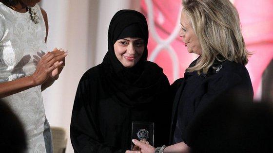 A ativista detida Samar Badawi, ao centro, numa cerimónia com Michelle Obama (à esquerda) e Hillary Clinton