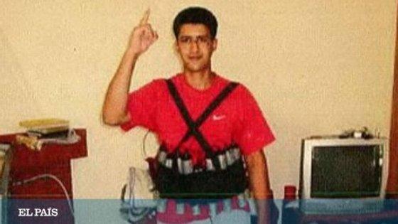 Um dos terroristas posa com um colete explosivo enquanto ergue o indicador, um gesto feito por quem se considera combatente salafista.