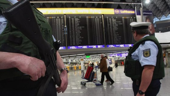 A evacuação afetou 13 mil pessoas e 50 voos foram mesmo cancelados