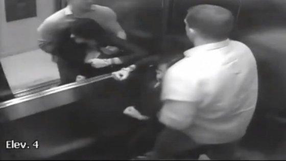 As agressões foram captadas por várias câmaras do prédio onde o casal morava.