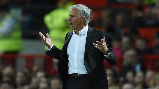 José Mourinho começou Premier League com um triunfo frente ao Leicester... que gastou mais do que o United este verão