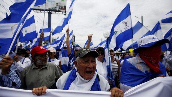 Os manifestantes acusam Daniel Ortega e Rosario Murillo de abuso de poder e de corrupção