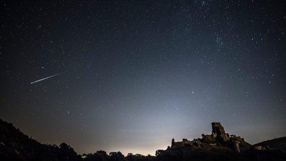 Uma perseida atravessa o céu perto do castelo de Corfe, no Reino Unido