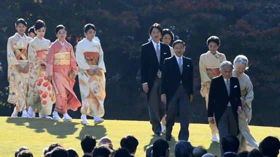 A Família Real japonesa, com o imperador Akihito na frente