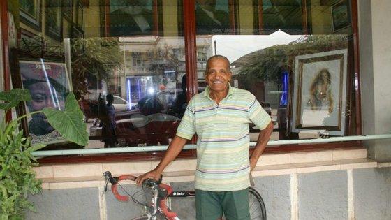 Uma aposta de 100 contos portugueses fê-lo correr, a pé, 47 quilómetros entre Huambo e Benguela, quando tinha 53 anos.