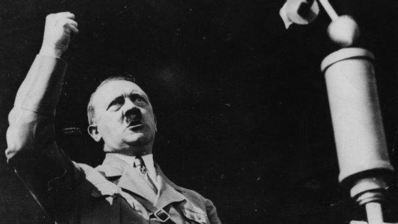Adolf Hitler a fazer um discurso em 1936