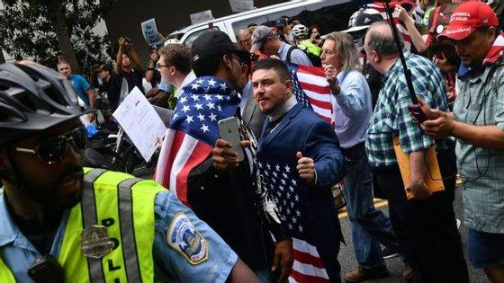 Manifestação neonazi escoltada pela polícia, nas imediações da Casa Branca