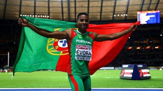 No final da prova, o campeão deu a volta ao recinto com a bandeira portuguesa nas mãos (Créditos: Getty Images)