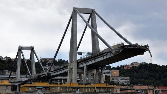 A ponte Moranti caiu por volta das 11h50, causando dezenas de mortos
