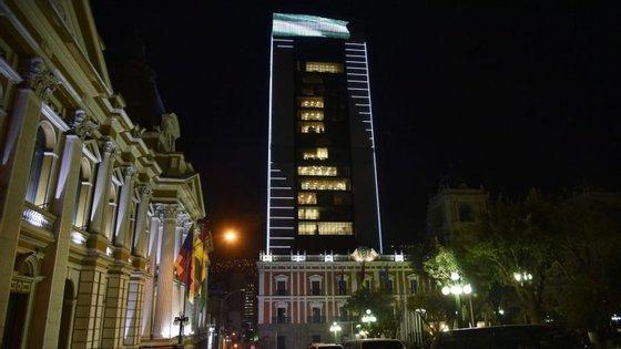 O edifício foi inaugurado na passada quinta-feira, tem 29 andares e localiza-se no centro histórico da capital La Paz