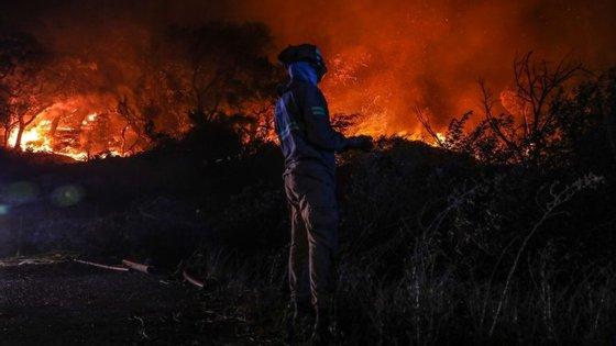 Ambos os incêndios deflagraram ao final da tarde de sexta-feira